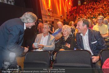 Premiere Heidi - MuseumsQuartier MQ Halle E - Mi 10.10.2018 - Waltraud HAAS mit Freund Begleitung, Patrick LINDNER, Manfred WA36