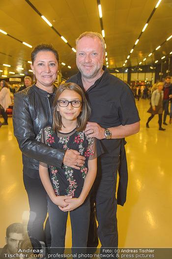 Die Schöne und das Biest - Wiener Stadthalle - Do 08.11.2018 - Reinhard NOWAK mit Ehefrau Arzu, Kind Mina3