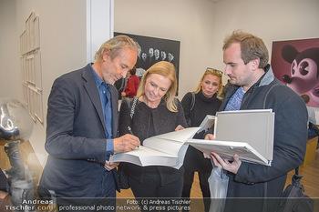 Erwin Wurm Ausstellungseröffnung - Albertina - Di 20.11.2018 - Erwin WURM gibt Autogramme35