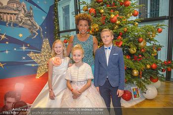 Weihnachtsball für Kinder - Hofburg - Mi 12.12.2018 - Arabella KIESBAUER mit Kindern (vlnr) Anna, Valeria und Egor1