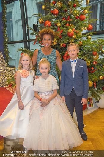 Weihnachtsball für Kinder - Hofburg - Mi 12.12.2018 - Arabella KIESBAUER mit Kindern (vlnr) Anna, Valeria und Egor10