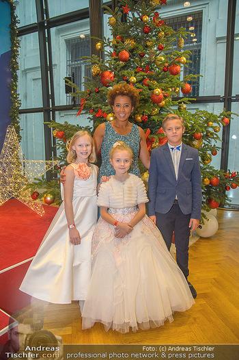Weihnachtsball für Kinder - Hofburg - Mi 12.12.2018 - Arabella KIESBAUER mit Kindern (vlnr) Anna, Valeria und Egor11