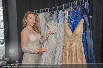 Ekaterina Mucha Kleidanprobe - Briding and Evening Salon - Mi 12.12.2018 - Ekaterina MUCHA mit den anderen beiden zur Auswahl stehenden Kle1