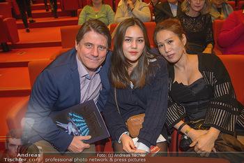 Schwanensee - Stadthalle - Mi 19.12.2018 - Christian SPATZEK mit Ehefrau Sun Young und Tochter Nina25