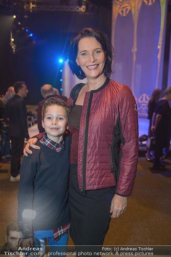Holiday on Ice Atlantis Premiere - Stadthalle, Wien - Mi 16.01.2019 - Maya HAKVOORT mit Sohn Jason45