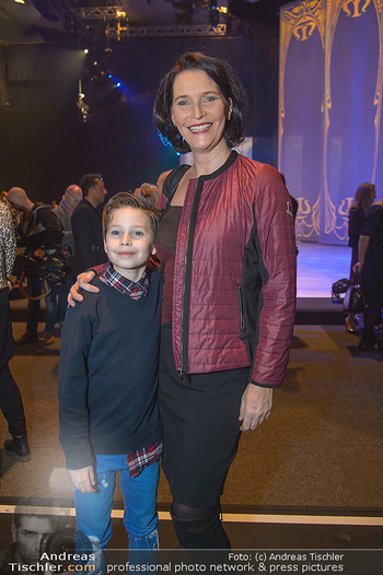 Holiday on Ice Atlantis Premiere - Stadthalle, Wien - Mi 16.01.2019 - Maya HAKVOORT mit Sohn Jason46