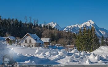 Österreich in Farben - Oberösterreich - Do 17.01.2019 - Haus im Schnee mit blaumen Himmel, Hintergrund großer Priel, Ob6