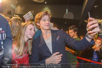 Kinopremiere ´Club der roten Bänder - wie alles begann´ - Cineplexx Donauplex - Mi 06.02.2019 - Damien HARDUNG macht Selfies mit Fans16
