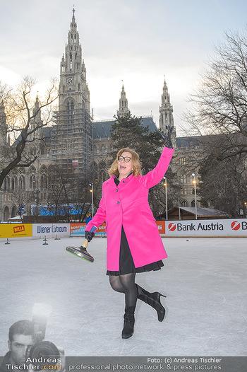 SuperFit Charity Eisstockschießen - Rathausplatz - Mo 18.02.2019 - Emese HUNYADY7