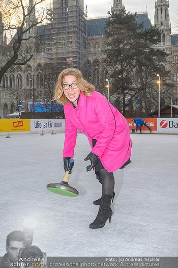 SuperFit Charity Eisstockschießen - Rathausplatz - Mo 18.02.2019 - Emese HUNYADY9