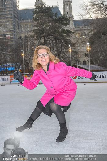 SuperFit Charity Eisstockschießen - Rathausplatz - Mo 18.02.2019 - Emese HUNYADY10