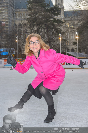 SuperFit Charity Eisstockschießen - Rathausplatz - Mo 18.02.2019 - Emese HUNYADY11