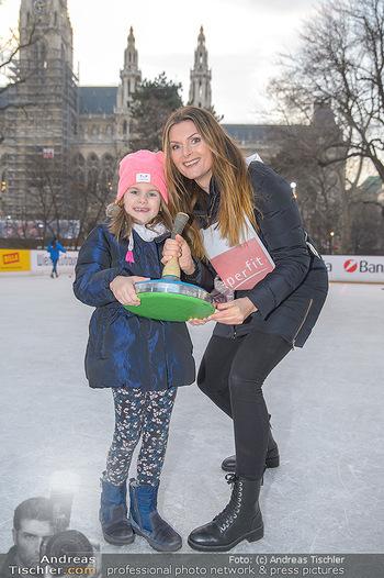 SuperFit Charity Eisstockschießen - Rathausplatz - Mo 18.02.2019 - Martina KAISER mit Tochter Kiana16