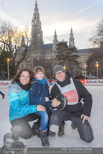 SuperFit Charity Eisstockschießen - Rathausplatz - Mo 18.02.2019 - Alex LIST mit Tanja und Sohn Felix17