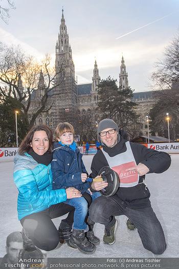 SuperFit Charity Eisstockschießen - Rathausplatz - Mo 18.02.2019 - Alex LIST mit Tanja und Sohn Felix18