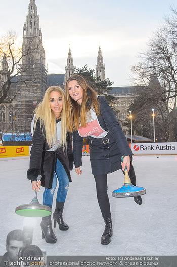 SuperFit Charity Eisstockschießen - Rathausplatz - Mo 18.02.2019 - Yvonne RUEFF, Martina KAISER20