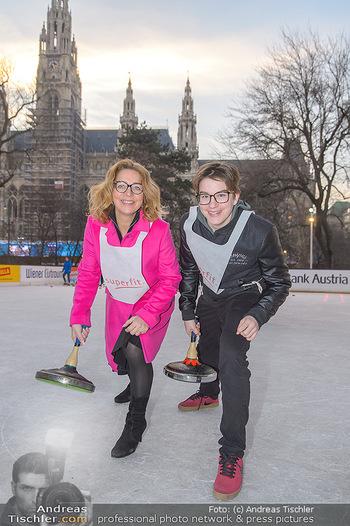SuperFit Charity Eisstockschießen - Rathausplatz - Mo 18.02.2019 - Emese HUNYADY mit Sohn Jasper22