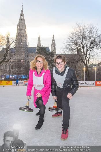 SuperFit Charity Eisstockschießen - Rathausplatz - Mo 18.02.2019 - Emese HUNYADY mit Sohn Jasper24