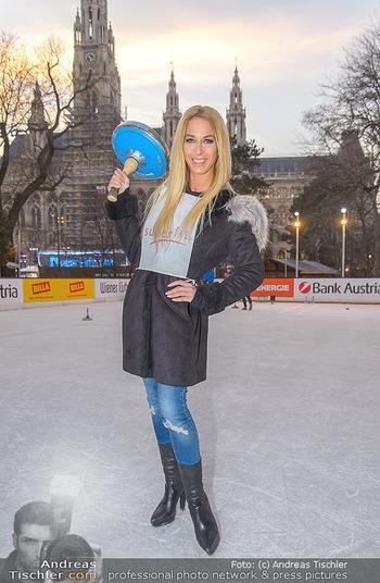 SuperFit Charity Eisstockschießen - Rathausplatz - Mo 18.02.2019 - Yvonne RUEFF27