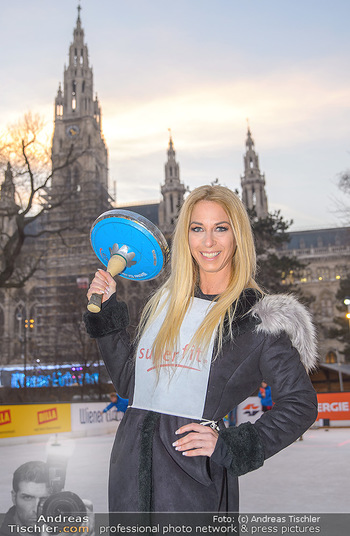 SuperFit Charity Eisstockschießen - Rathausplatz - Mo 18.02.2019 - Yvonne RUEFF28