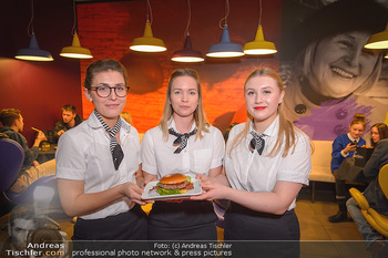 McDonalds Signature Collection - McDonalds Messe Wien - Mi 20.02.2019 - McDonalds Damen, Angestellte mit dem neuen Burger69