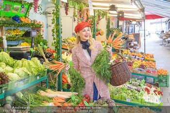 Fotoshooting Silvia Schneider - Div. Locations Österreich - Mo 25.02.2019 - Silvia SCHNEIDER beim Gemüse und Obst Einkaufen am grünen Mark12