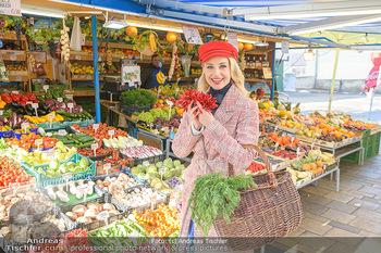 Fotoshooting Silvia Schneider - Div. Locations Österreich - Mo 25.02.2019 - Silvia SCHNEIDER beim Gemüse und Obst Einkaufen am grünen Mark20