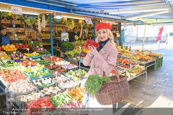 Fotoshooting Silvia Schneider - Div. Locations Österreich - Mo 25.02.2019 - Silvia SCHNEIDER beim Gemüse und Obst Einkaufen am grünen Mark22