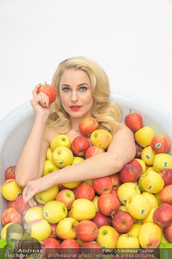 Fotoshooting Silvia Schneider - Div. Locations Österreich - Mo 25.02.2019 - Silvia SCHNEIDER in gesundem Apfel-Bad, steirische Äpfel, Obst,28