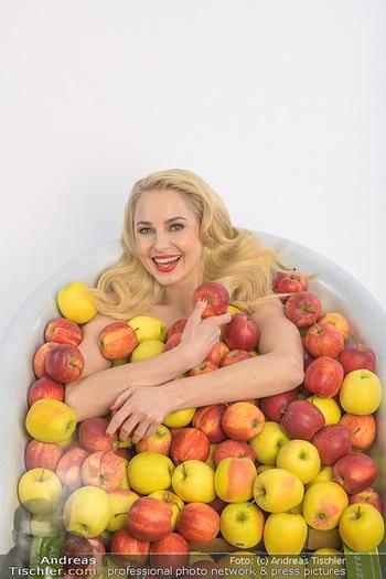 Fotoshooting Silvia Schneider - Div. Locations Österreich - Mo 25.02.2019 - Silvia SCHNEIDER in gesundem Apfel-Bad, steirische Äpfel, Obst,29