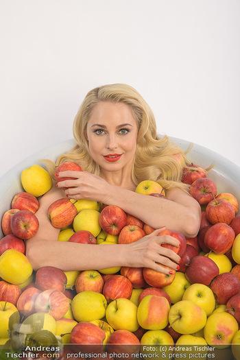 Fotoshooting Silvia Schneider - Div. Locations Österreich - Mo 25.02.2019 - Silvia SCHNEIDER in gesundem Apfel-Bad, steirische Äpfel, Obst,30