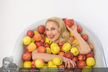 Fotoshooting Silvia Schneider - Div. Locations Österreich - Mo 25.02.2019 - Silvia SCHNEIDER in gesundem Apfel-Bad, steirische Äpfel, Obst,32