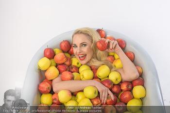 Fotoshooting Silvia Schneider - Div. Locations Österreich - Mo 25.02.2019 - Silvia SCHNEIDER in gesundem Apfel-Bad, steirische Äpfel, Obst,33