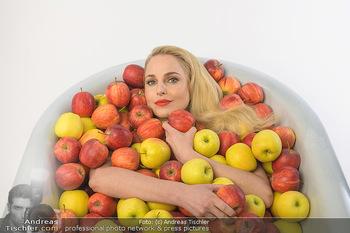 Fotoshooting Silvia Schneider - Div. Locations Österreich - Mo 25.02.2019 - Silvia SCHNEIDER in gesundem Apfel-Bad, steirische Äpfel, Obst,34