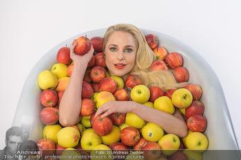 Fotoshooting Silvia Schneider - Div. Locations Österreich - Mo 25.02.2019 - Silvia SCHNEIDER in gesundem Apfel-Bad, steirische Äpfel, Obst,35