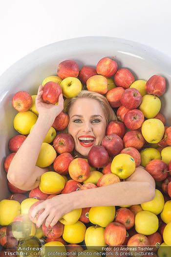 Fotoshooting Silvia Schneider - Div. Locations Österreich - Mo 25.02.2019 - Silvia SCHNEIDER in gesundem Apfel-Bad, steirische Äpfel, Obst,37