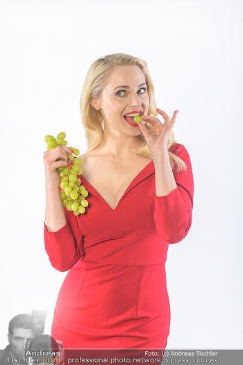 Fotoshooting Silvia Schneider - Div. Locations Österreich - Mo 25.02.2019 - Silvia SCHNEIDER mit Gemüse und Obst beim Studio-Shooting38