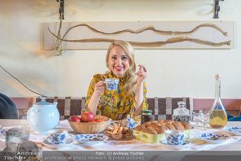 Fotoshooting Silvia Schneider - Div. Locations Österreich - Mo 25.02.2019 - Silvia SCHNEIDER trinkt Tee64