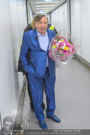 Elle MacPherson Ankunft - Flughafen Wien Schwechat - Di 26.02.2019 - Richard LUGNER in Warteposition10