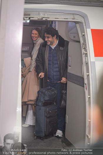 Elle MacPherson Ankunft - Flughafen Wien Schwechat - Di 26.02.2019 - Elle MACPHERSON versteckt sich im Flugzeug vor Kamera11