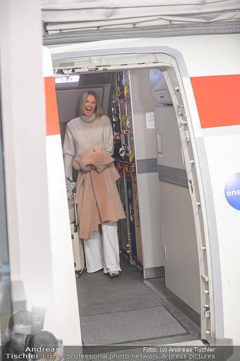 Elle MacPherson Ankunft - Flughafen Wien Schwechat - Di 26.02.2019 - Elle MACPHERSON verlässt das Flugzeug12