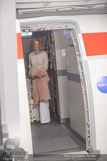 Elle MacPherson Ankunft - Flughafen Wien Schwechat - Di 26.02.2019 - Elle MACPHERSON verlässt das Flugzeug13