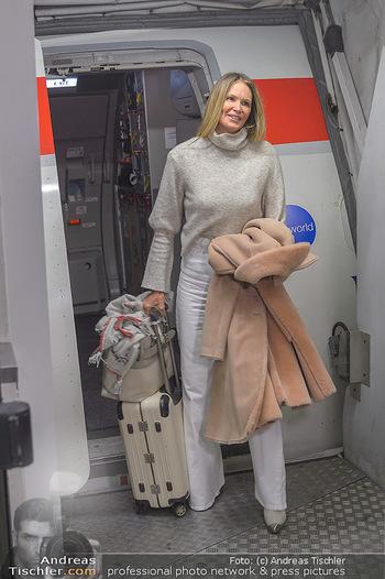 Elle MacPherson Ankunft - Flughafen Wien Schwechat - Di 26.02.2019 - Elle MACPHERSON verlässt das Flugzeug16