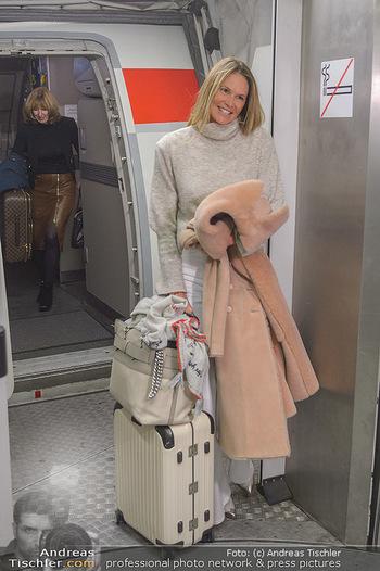 Elle MacPherson Ankunft - Flughafen Wien Schwechat - Di 26.02.2019 - Elle MACPHERSON verlässt das Flugzeug17