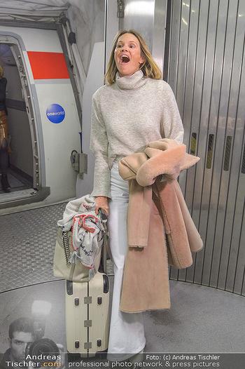 Elle MacPherson Ankunft - Flughafen Wien Schwechat - Di 26.02.2019 - Elle MACPHERSON verlässt das Flugzeug18
