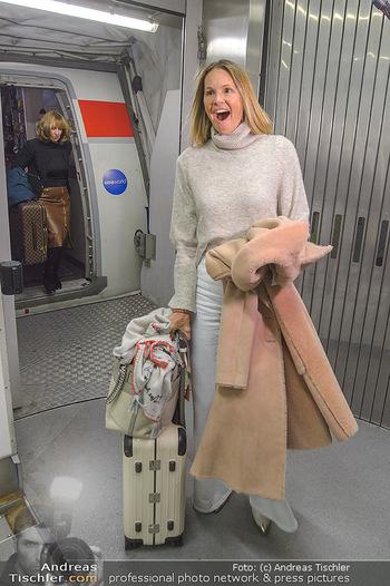 Elle MacPherson Ankunft - Flughafen Wien Schwechat - Di 26.02.2019 - Elle MACPHERSON verlässt das Flugzeug19