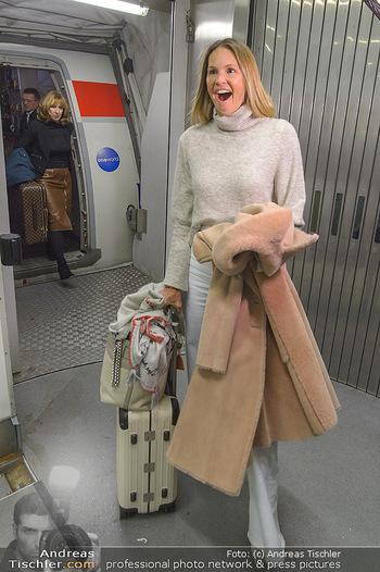 Elle MacPherson Ankunft - Flughafen Wien Schwechat - Di 26.02.2019 - Elle MACPHERSON verlässt das Flugzeug20