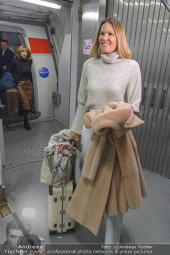 Elle MacPherson Ankunft - Flughafen Wien Schwechat - Di 26.02.2019 - Elle MACPHERSON verlässt das Flugzeug21