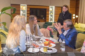 Elle MacPherson Ankunft - Flughafen Wien Schwechat - Di 26.02.2019 - Moni KULIG, Elle MACPHERSON, Bettina SIEGL, Richard LUGNER47