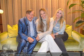 Elle MacPherson Ankunft - Flughafen Wien Schwechat - Di 26.02.2019 - Elle MACPHERSON, Richard LUGNER, Moni KULIG77